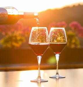 Zwei Weingläser werden mit Wein eingeschenkt