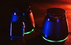 Wireless Lautsprecher leuchtend mit Neonfarben