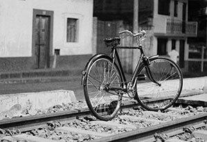 Fahrrad auf Schienen vor einem Haus