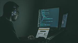 'Ein Hacker der am Laptop sitzt