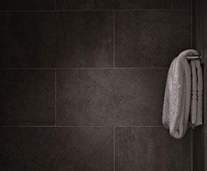 Weißes Handtuch hängt an Wand