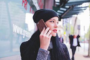 Frau telefoniert, Handy mit dunkler Holt Optik Hülle