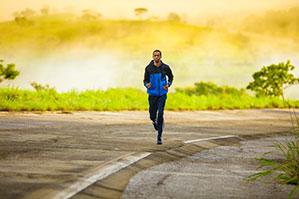 Mann läuft auf Straße mit Sportbekleidung