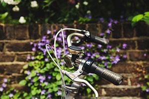 Fahrradklingel an silbernem Fahrrad