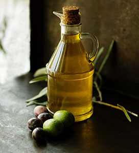 Öl in Glas-Karaffe mit Kork öffnung