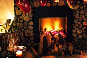 Kamin mit Holz und Weihnachtsstrümpfe