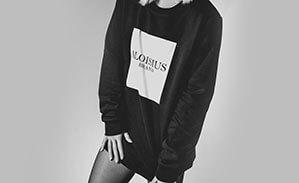 Schwarzer Pullover mit weißem Aufdruck