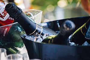 Weinflaschen gekühlt in Eimer mit Eis