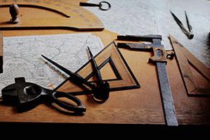 Verschiedenes Werkzeug ausgelegt auf einem Holztisch