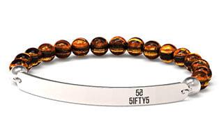 Logo-Armband mit gravierter Schmuckplättchen aus Edelstahl und Bernstein-Perlen