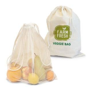Zuziehbeutel mit Logo als Obst- und Gemüsebeutel. Vorderseite transparent dank Nylon, hier sind eine Zitrone, Banane, Orange, ein Apfel und eine Birne zu sehen. Die Rückseite aus Bauwmolle wurde mit einem Beispiellogo in Grüntönne bedruckt