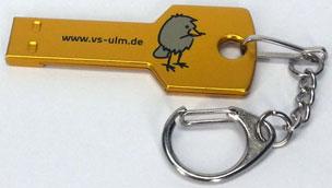 USB-Stick Schlüssel, auf Kundenwunsch hin golden eingefärbt und mit einem Weblink sowie einem kleinen Vogel-Logo bedruckt