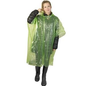 Schwarz gekleidete junge Frau mit grünem Regenponcho