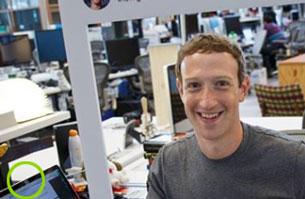 Mark Zuckerberg und sein mit einem Klebestreifen abgedecktes Laptop