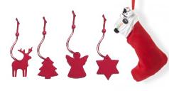 Verschiedene rote Baum-Anhänger und ein Nikolaus-Strumpf.