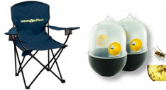 Ein Campingstuhl in Schwarz mit dunkelblauem Bezig. Die Rückenlehne ist mit ienem Logodruck versehen. Außerdem eine Wespenfalle.