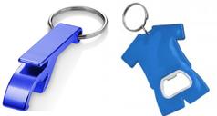 Blauer Flaschenöffner-Schlüsselanhänhger und ein Trikotförmiger Schlüsselanhänger, ebenfalls blau, mit Schlüsselring.