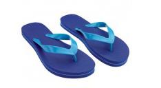 Bild mit einem Paar Badesandalen, blau, mit hellblauen Gurten. Die Gurte können mit einem Logo oder Text bedruckt werden.