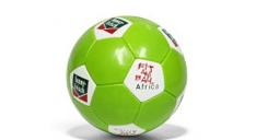 Abbildung eines Werbe-Fußballs von Funnyfrisch, überwiegend grün gehalten mit weißen Actecken, auf denen das FunnyFrisch-Logo gedruckt ist.