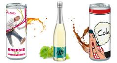 Bedruckte Energy-Drink-Dose, eine Hugo-Flasche mit individuellem Werbe-Etikett und eine bedruckte Cola-Dose.