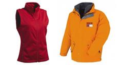 Rote DAmenweste, Ideal für den Werbedruck und eine orongene Winterjacke für Herren mit einem Logo-Stick auf der linken Brust.