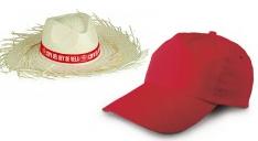 Ein Strohhut mit Werbe-Banderole und eine rote Kappe mit gebogenem Visir