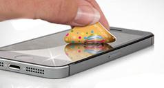 Ein liegendes Smartphone, dessen Display gerade mit einem bedruckten Display-Wischer gesäubert wird.