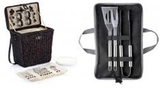 Brauner Picknickkorb inklusive Besteck (geöffnet) und Grillbesteck in bedruckter Transporttasche (geöffnete Ansicht).