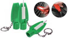 Ein Grüner Schlüsselanhänger, der sowohl die Reifenprifltiefe messen kann und beim Öffnen der Verschlusskappen hilft.