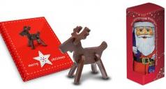 Eine Schoko-Steckfigur in Elch-Form mit weihnachtlich gestalteter Geschenkbox und ein Schoko-Nikolaus in Werbe-Box.