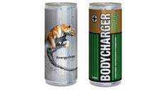 Zwei Energydrink-Dosen nebeneinander, die linke ist mit einem transparenten Werbe-Etikett versehen, das einen Tiger zeigt. Der Werbedruck auf der rechten Energydrink-Dose wurde optisch an eine Batterie angelehnt.