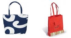 Blaue Strandtasche mit weißem Wellenmuster und rote Strandtasche mit Strandmatten-Halterung