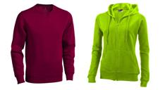 Weinroter Herrenpullover und eine grüne Damen-Sweat-Jacke