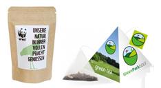 Tee in einem braunen Papierbeutel mit Werbe-Aufkleber und bedrucktre Tee-Pyramide