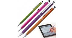 Vier Touchscreen-Stifte, grün, pink, lila und orange. In der Ecke ist eine TabletPC zu sehen, das mit einem Stylus bedient wird.