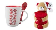 eine weihnachtliche Tasse un dein Teddy mit roter Kuscheldecke.