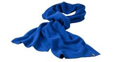Ein blauer Schal mit gewebtem Werbe-Label